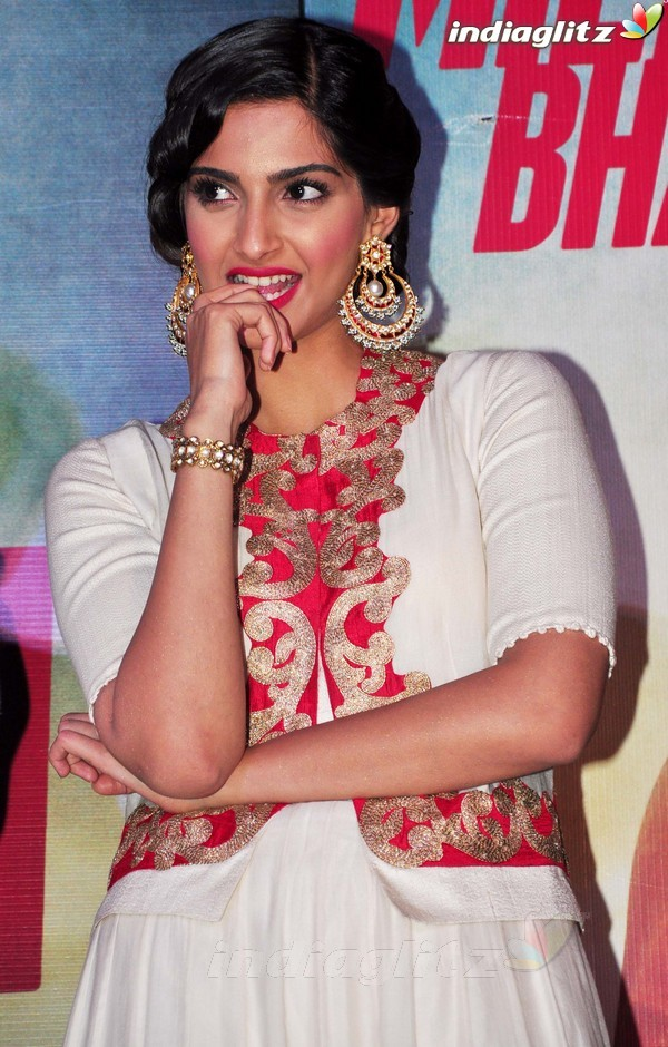 Launches 'Bhaag Milkha Bhaag' Trailer Bmb20212