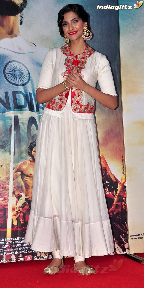 Launches 'Bhaag Milkha Bhaag' Trailer Bmb20216