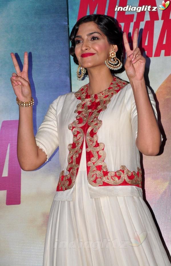 Launches 'Bhaag Milkha Bhaag' Trailer Bmb20217