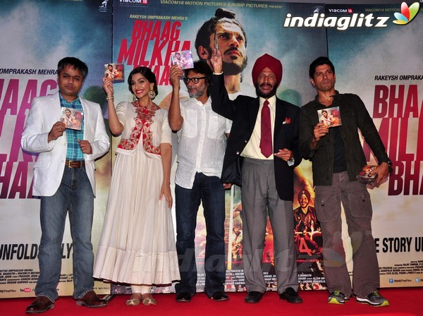 Launches 'Bhaag Milkha Bhaag' Trailer Bmb20310