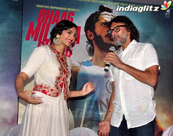 Launches 'Bhaag Milkha Bhaag' Trailer - Страница 2 Bmb20413