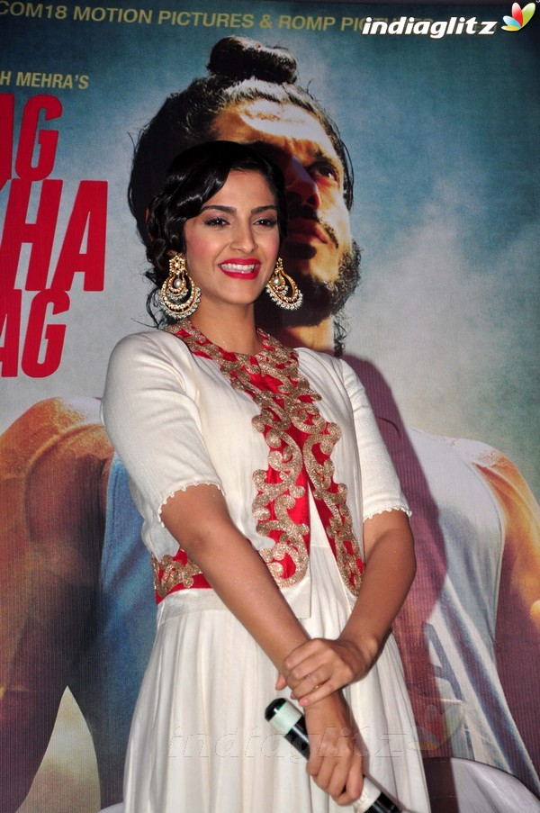 Launches 'Bhaag Milkha Bhaag' Trailer - Страница 2 Bmb20414