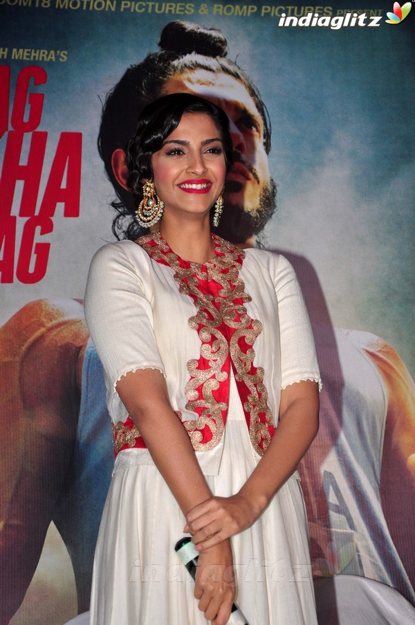 Launches 'Bhaag Milkha Bhaag' Trailer - Страница 2 Bmb20415