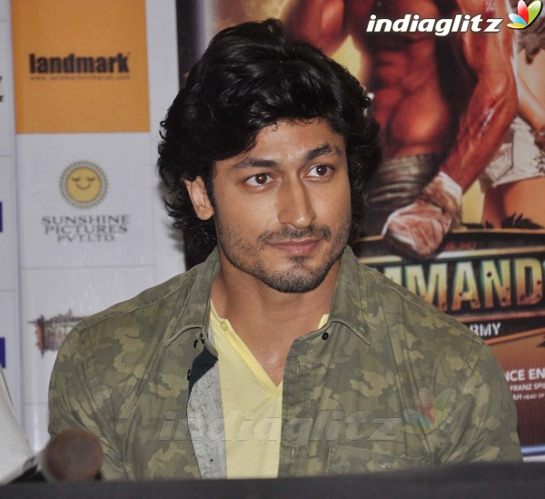 Vidyut Jamwal Launches 'Commando' DVD Comman13