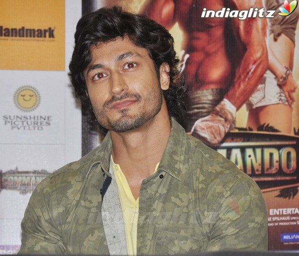 Vidyut Jamwal Launches 'Commando' DVD Comman16