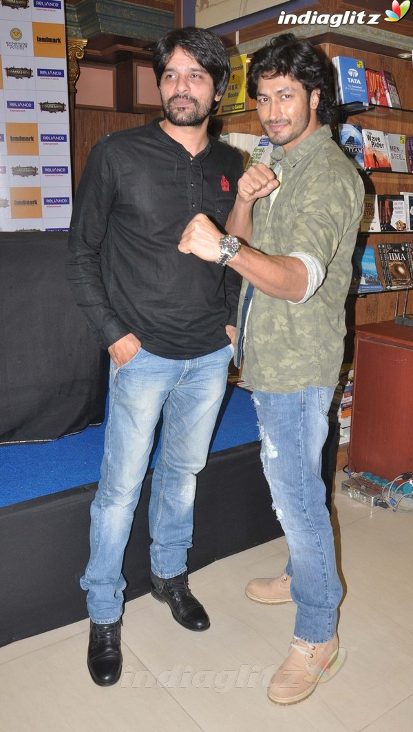 Vidyut Jamwal Launches 'Commando' DVD Comman30