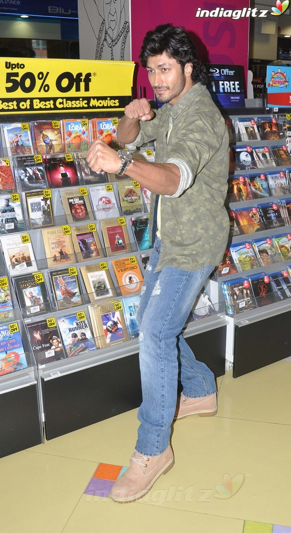 Vidyut Jamwal Launches 'Commando' DVD Comman32