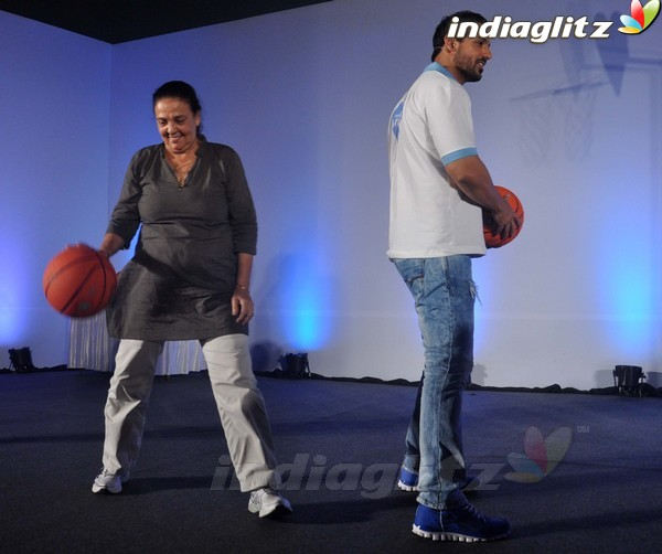 John Abraham Plays Basketball With Mom - Страница 2 John2021