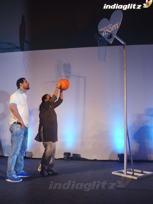 John Abraham Plays Basketball With Mom - Страница 2 John2028