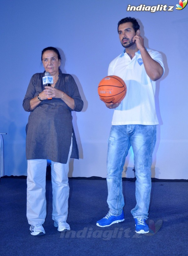 John Abraham Plays Basketball With Mom - Страница 2 John2029