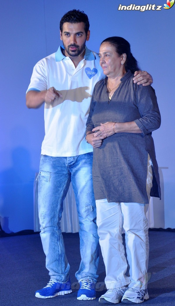 John Abraham Plays Basketball With Mom - Страница 2 John2034