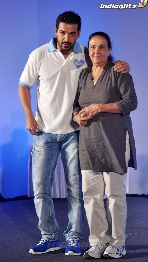 John Abraham Plays Basketball With Mom - Страница 2 John2037
