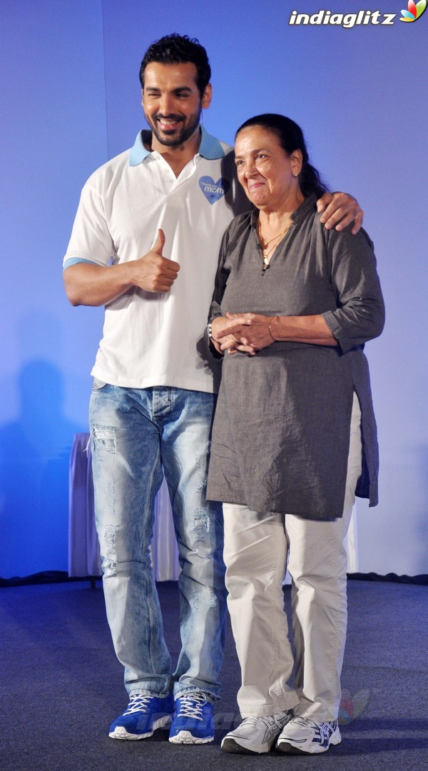 John Abraham Plays Basketball With Mom - Страница 2 John2038