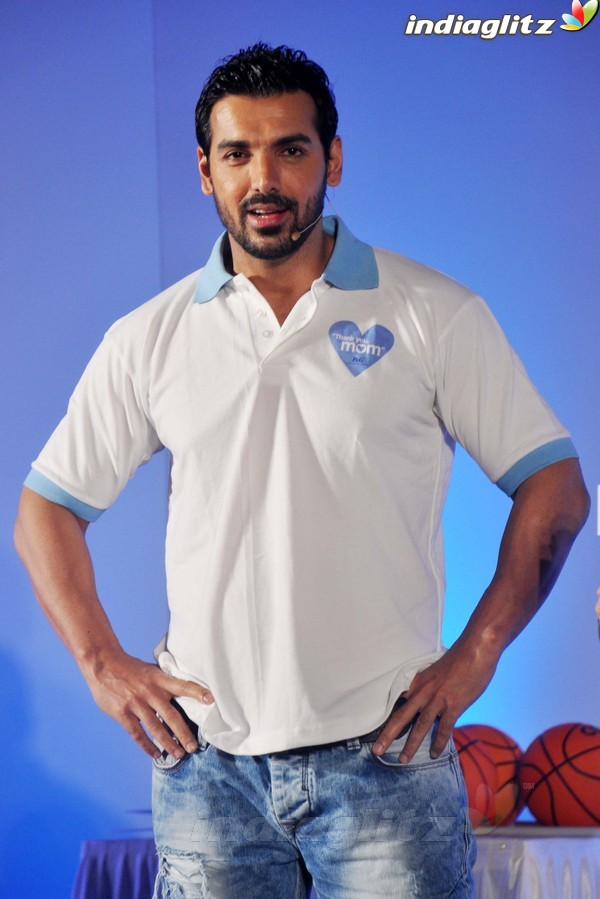 John Abraham Plays Basketball With Mom - Страница 2 John2039