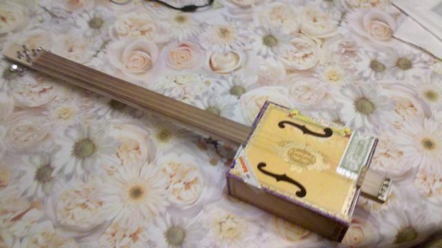 Présentez-nous vos Cigar Box Guitare 2013-021