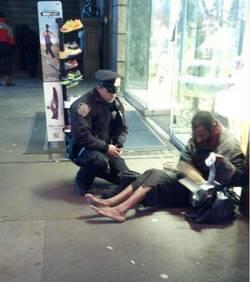 Le policier qui donne des chaussures au SDF  L-agen10