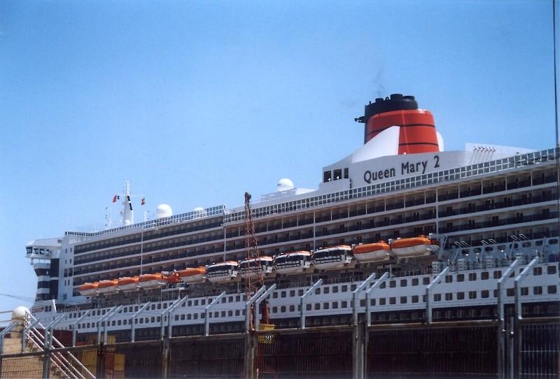 Queen Mary 2 in Lissabon Qm2_810