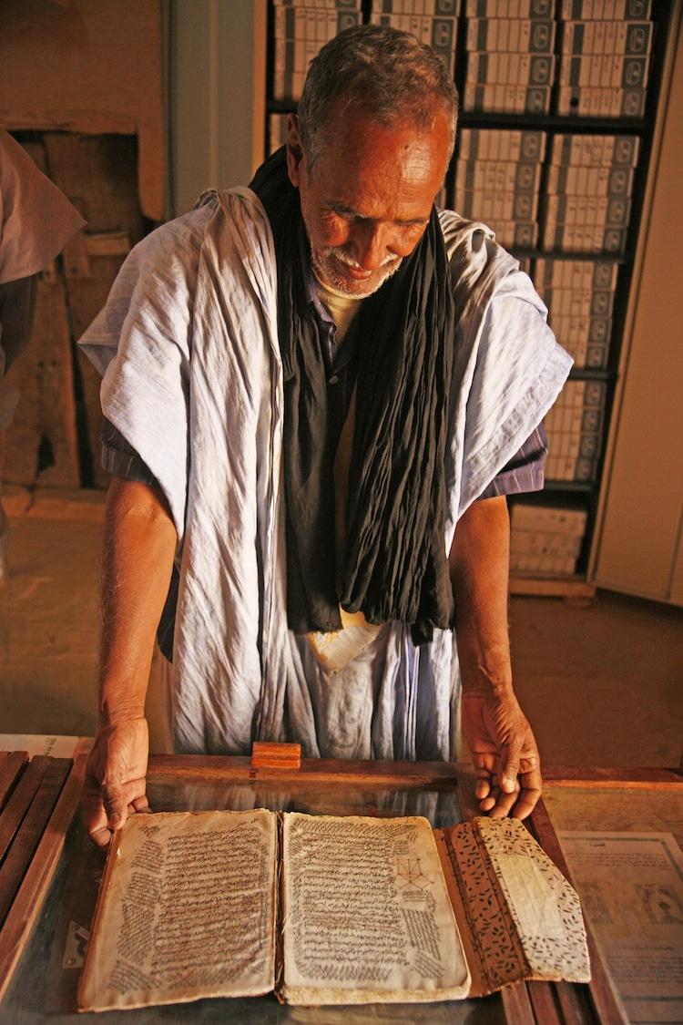Esta aldea en el Sahara alberga miles de textos antiguos en bibliotecas del desierto Chingu10