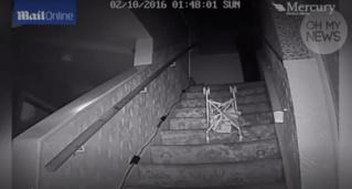 Un fantôme met une maison sens dessus dessous ! Chaise10