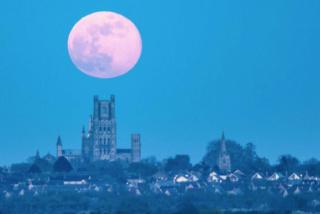 """Une """"lune rose"""" porteuse d'espoir Lune_r11"""
