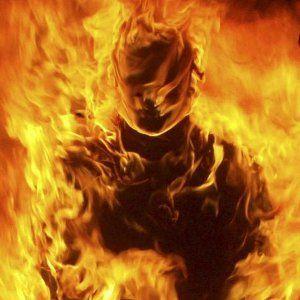 Un visage apparaît dans les flammes Visage10