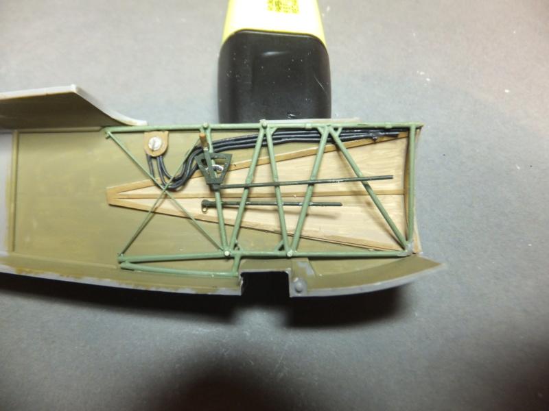"""L' oiseau blessé d'une flèche 1918 -[RODEN] Fokker DR1 1/32 (ROD 605)-[ICM] Ford t touring 1/35 (n°35667) """"FIN"""" - Page 5 Dscf8114"""