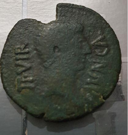 As de Calagurris, época de Augusto. Q ANTONI – L FABI. Toro a dcha. Captur10