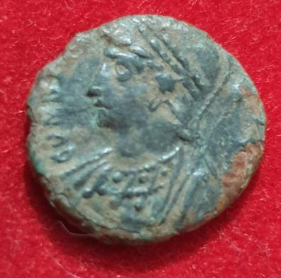 AE4 conmemorativo de Constantinopolis. Victoria sobre proa a izq. Roma. Captur21