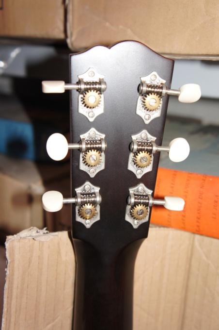Slope shouders: Martin vs Gibson Dsc00910
