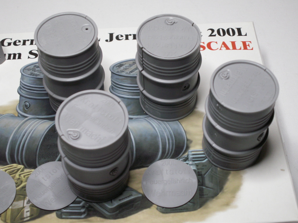 WW II GERMAN 20L JERRY CAN & 200L FULL DRUM SET (Classy Hobby 1:16) Pict0296