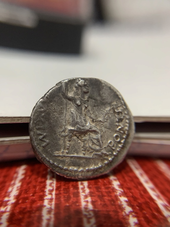 Denario de Tiberio. PONTIF MAXIM. Livia sedente a dcha. Lyon 8049b010