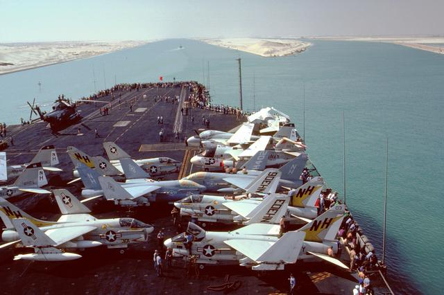 PORTE AVIONS LOURDS CLASSE KITTY HAWK Uss_am13