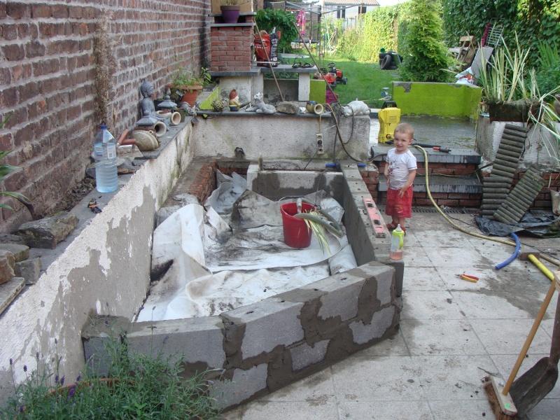 mon bassin sur la terrase pour boire un verre au pres des carpe koii Dsc01810