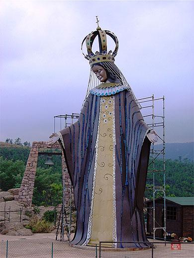 Pendentif-statuette  du XVIIe siècle - Vierge couronnée sur croissant de lune Pt909110