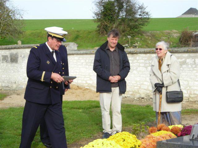 Dépot de la plaque funéraire sur la tombe du Commandant Thomas Cimeti11
