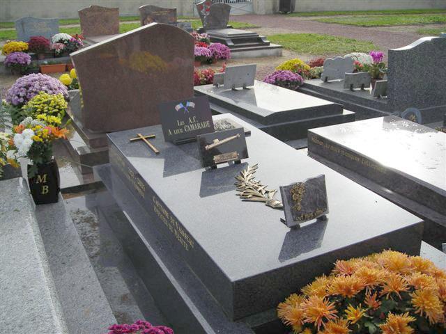 Dépot de la plaque funéraire sur la tombe du Commandant Thomas Cimeti13