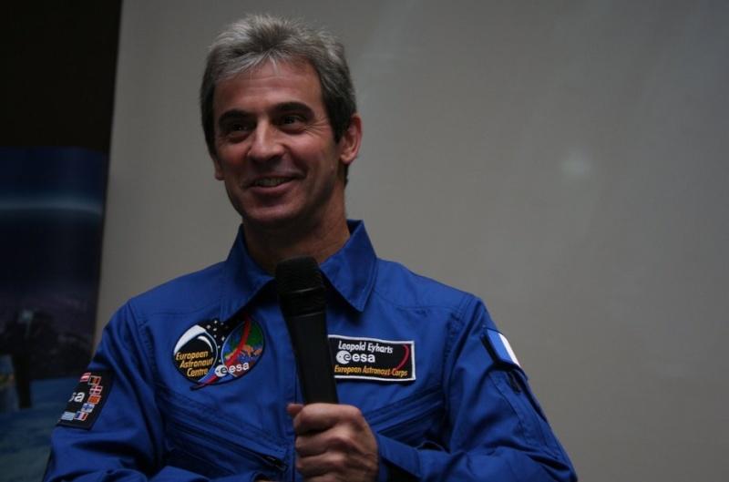 STS-122 - Réunion Postflight avec la Presse par Leopold Eyharts et Michel Tognini Leo23110