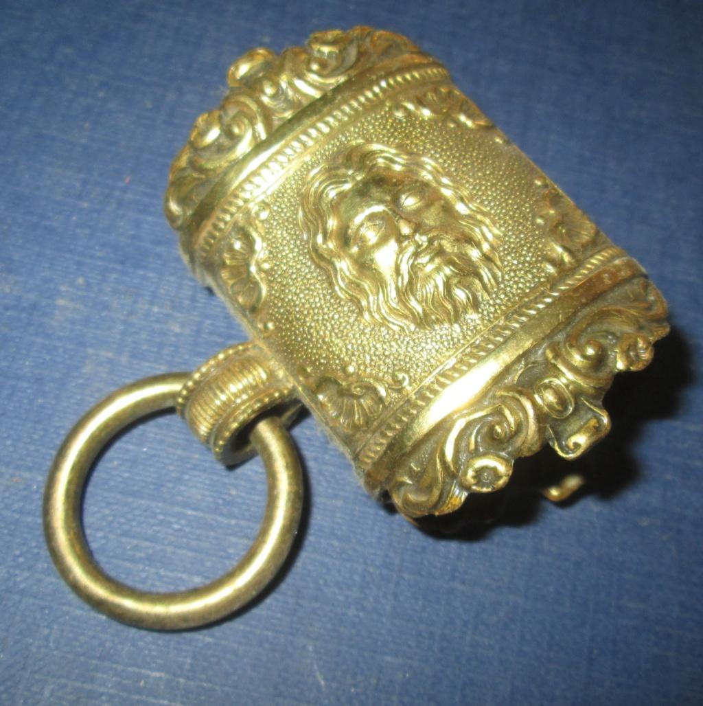 Un curieux anneau de fourreau Img_0614