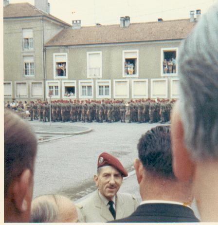 général massu passe en revue le 13 rdp l'ord de son départ en retraite Massu110