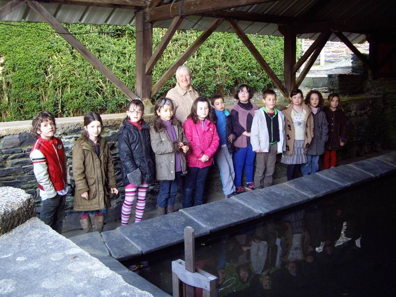 Le lavoir de Brasparts visité par les enfants de l'école Sainte Thérèse Imgp3414