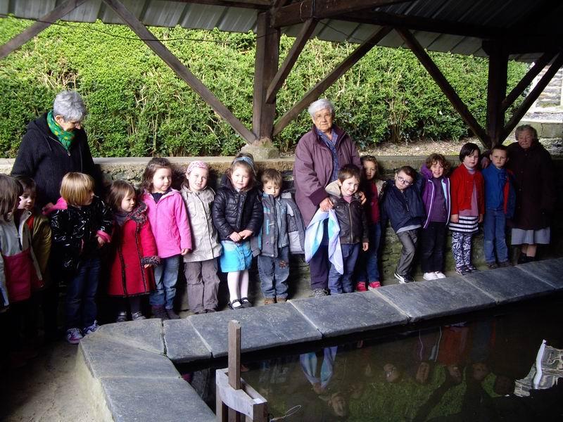 Le lavoir de Brasparts visité par les enfants de l'école Sainte Thérèse Imgp3417