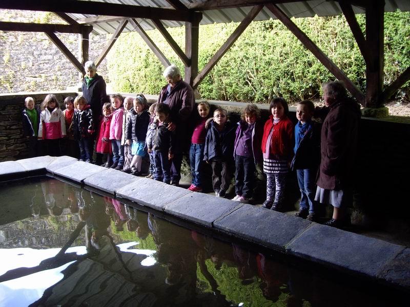 Le lavoir de Brasparts visité par les enfants de l'école Sainte Thérèse Imgp3418