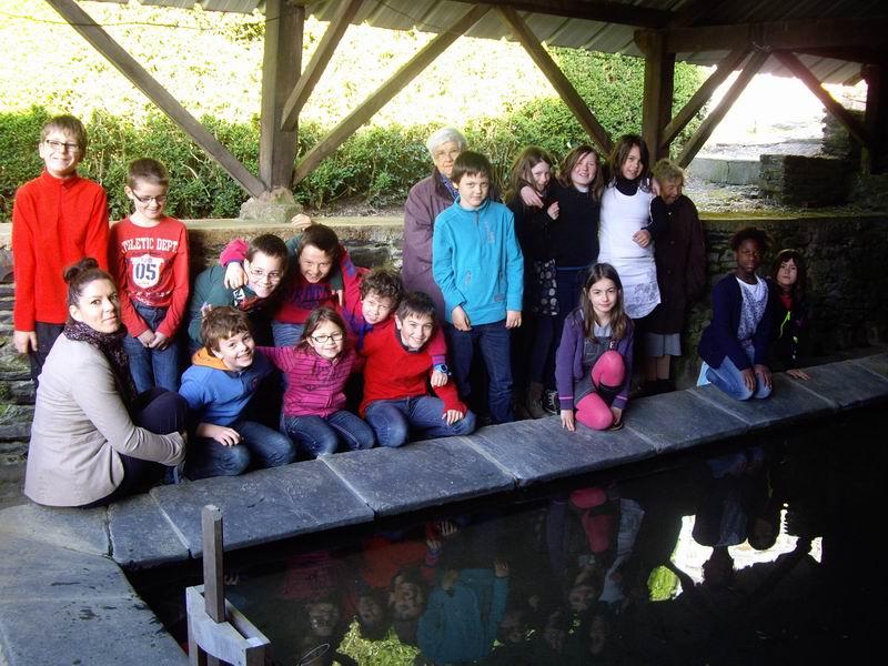 Le lavoir de Brasparts visité par les enfants de l'école Sainte Thérèse Imgp3419