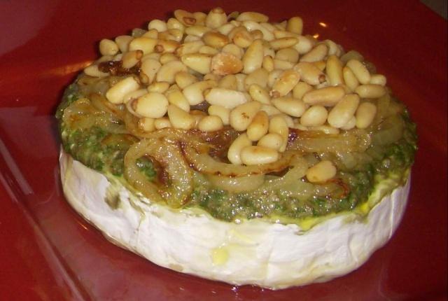 Brie avec pesto et noix Fromag10