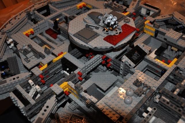 Lego - 10179 - UCS Faucon Millenium  Dsc_0426