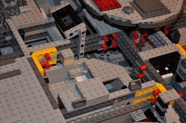 Lego - 10179 - UCS Faucon Millenium  Dsc_0430