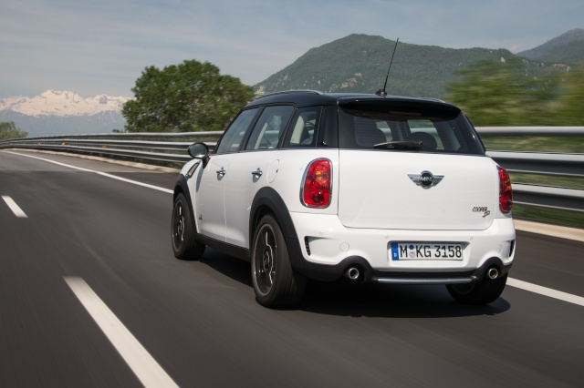 Talented all-rounder and bestseller: The 250,000th MINI Countryman leaves the factory P9009610