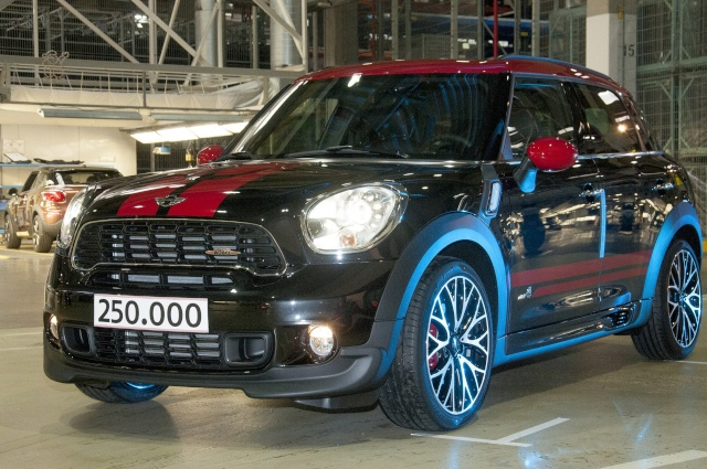 Talented all-rounder and bestseller: The 250,000th MINI Countryman leaves the factory P9011610