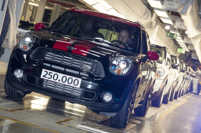 Talented all-rounder and bestseller: The 250,000th MINI Countryman leaves the factory P9011611