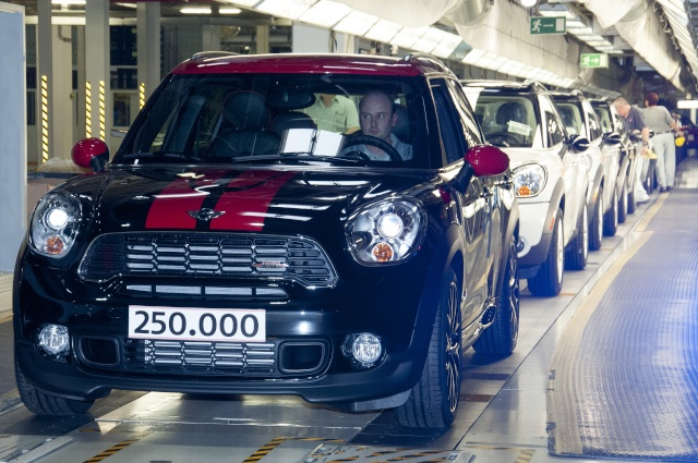 Talented all-rounder and bestseller: The 250,000th MINI Countryman leaves the factory P9011612
